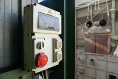 Industrielle Stromkabine mit roter STOPP-Taste Lizenzfreie Stockbilder