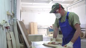 Industrielle Tischlerarbeitskraftholzbearbeitung stock footage