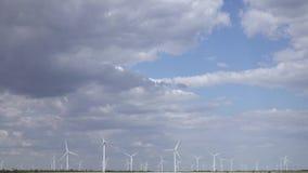 Industrielle Windenergieturbinen der blaue Himmel in den starken weißen Wolken stock video footage