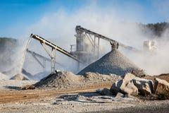 Industrielle Zerkleinerungsmaschine - Steinzerquetschungsmaschine des Felsens Stockfoto
