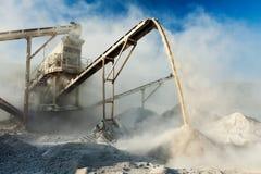 Industrielle Zerkleinerungsmaschine - Steinzerquetschungsmaschine des Felsens Stockfotografie