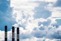 Industrielle Ziegelsteinrohre und ein großer Raum mit dem Himmel lizenzfreies stockbild