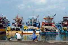 Industrieller asiatischer Fischereihafen. Lizenzfreie Stockfotos
