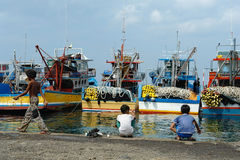 Industrieller asiatischer Fischereihafen. Stockbild