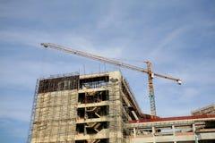 Industrieller Aufbau: gelber Kran mit blauer SK Lizenzfreie Stockbilder