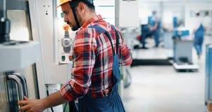 Industrieller Fabrikangestellter, der in der Metall Fertigungsindustrie arbeitet stockfoto
