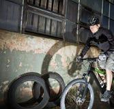 Industrieller Fahrradmitfahrer, Radfahrer in der Stadt Stockfotografie