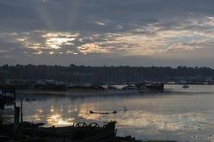 Industrieller Fluss bei Sonnenaufgang Stockfoto