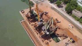 Industrieller Frachthafen mit dem Funktionieren streckt sich auf der Donau, Vogelperspektive stock video footage