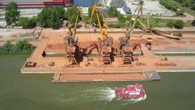 Industrieller Frachthafen mit dem Funktionieren streckt sich auf der Donau, Vogelperspektive stock video
