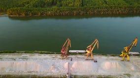 Industrieller Frachthafen mit Kränen auf der Donau stock footage