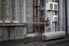 Industrieller Getreidespeicher mit Brandwundeeisenbahn-Serienauto lizenzfreies stockfoto
