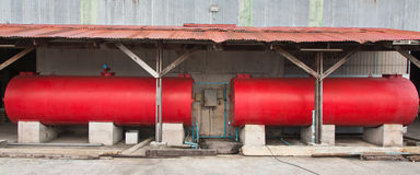 Industrieller großer roter Behälter innerhalb der Fabrik Stockbilder