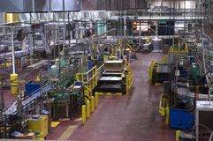 Industrieller Herstellungs-System-Fußboden in einer Fabrik Stockbild