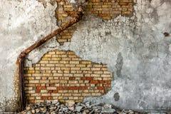 Industrieller Hintergrund mit Abwasserrohr Stockbilder