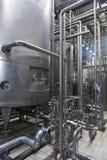 Industrieller Innenraum einer Alkoholfabrik Stockfoto