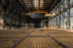 Industrieller Innenraum einer alten Fabrik Lizenzfreies Stockbild