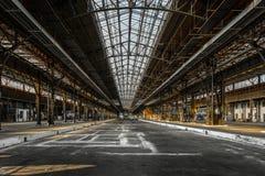 Industrieller Innenraum einer alten Fabrik Lizenzfreie Stockfotos