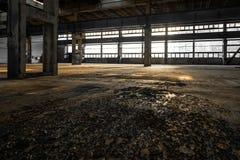 Industrieller Innenraum einer alten Fabrik lizenzfreies stockfoto