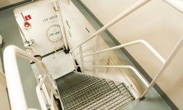 Industrieller Innenraum - Metalltreppe Stockfotos