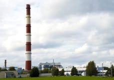 Industrieller Kamin des Wärmekraftwerkes stockfoto
