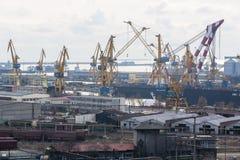 Industrieller Kanal mit Kränen Lizenzfreies Stockfoto