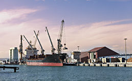 Industrieller Kanal mit Ladung stockfotografie