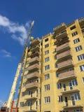 Industrieller Kran der Ansicht von unten für moderne Wolkenkratzerarbeiten des Baus über Baubereich unter grenzenlosem blauem H lizenzfreies stockbild