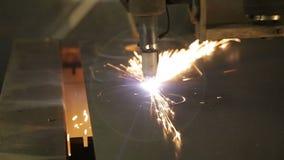 Industrieller Laser-Ausschnitt, der Fertigungstechnologie des Stahlmaterials des flachen Blechs mit Funken verarbeitet stock footage