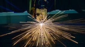 Industrieller Laser-Ausschnitt, der Fertigungstechnologie des Stahlmaterials des flachen Blechs mit Funken verarbeitet Stockfotografie