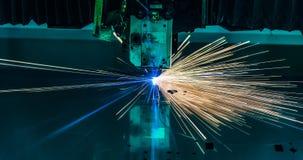 Industrieller Laser-Ausschnitt, der Fertigungstechnologie des Stahlmaterials des flachen Blechs mit Funken verarbeitet Stockfoto