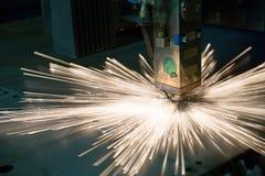 Industrieller Laser, der Löcher in der Blechtafel macht Stockbild