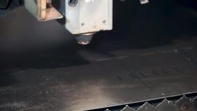 Industrieller Laser-Scherblock clip Maschine für Stahlblech Aufschlitzens, des Schnitts und des Abstreifens stock footage