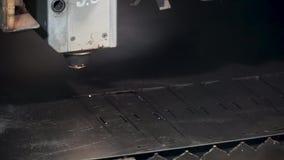 Industrieller Laser-Scherblock clip Maschine für Stahlblech Aufschlitzens, des Schnitts und des Abstreifens stock video footage