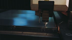 Industrieller Laser-Scherblock mit Funken CNC stock footage