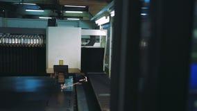 Industrieller Laser-Scherblock mit Funken CNC stock video footage