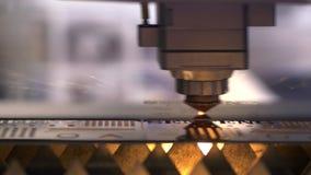 Industrieller Laser-Scherblock mit Funken Der programmierte Roboterkopf schneidet mit der Hilfe eines enormen Blattes der Metallt stock video footage