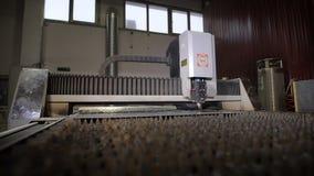 Industrieller Laser-Scherblock mit Funken Der programmierte Roboterkopf schneidet mit der Hilfe eines enormen Blattes der Metallt stock footage