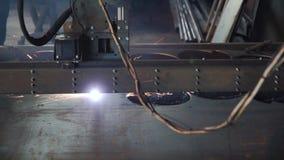 Industrieller Plasmamaschinenausschnitt der Metallplatte clip Ausschnittplatten-Plasma cnc Lux Industrieller Laser-Scherblock stock video footage