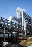 Industrieller Rohrleitungen Smokestackhimmel Stockbild