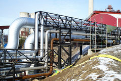 Industrieller Rohrleitungen Smokestackhimmel Stockbilder