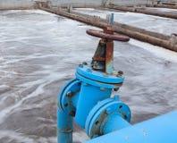Industrieller Schieber mit blauer Rohrleitung für den Sauerstoffschlag Lizenzfreie Stockbilder