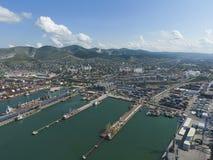Industrieller Seehafen, Draufsicht Hafenkräne und Frachtschiffe und Ba Lizenzfreies Stockfoto