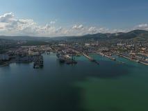 Industrieller Seehafen, Draufsicht Hafenkräne und Frachtschiffe und Lastkähne Lizenzfreie Stockfotos