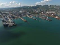 Industrieller Seehafen, Draufsicht Hafenkräne und Frachtschiffe und Lastkähne Lizenzfreies Stockbild