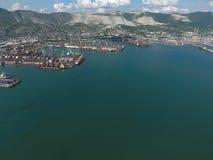 Industrieller Seehafen, Draufsicht Hafenkräne und Frachtschiffe und Lastkähne Stockbild