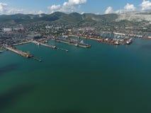 Industrieller Seehafen, Draufsicht Hafenkräne und Frachtschiffe und Lastkähne Stockfoto