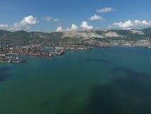 Industrieller Seehafen, Draufsicht Hafenkräne und Frachtschiffe und Lastkähne Stockfotografie