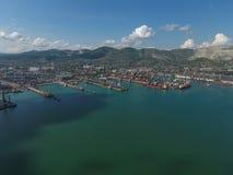 Industrieller Seehafen, Draufsicht Hafenkräne und Frachtschiffe und Lastkähne Stockbilder