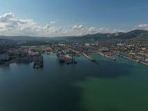Industrieller Seehafen, Draufsicht Hafenkräne und Frachtschiffe und Lastkähne Lizenzfreie Stockbilder